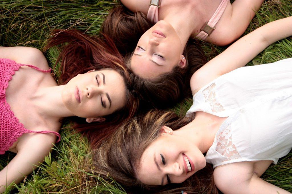 women, friends, meadow-1487825.jpg